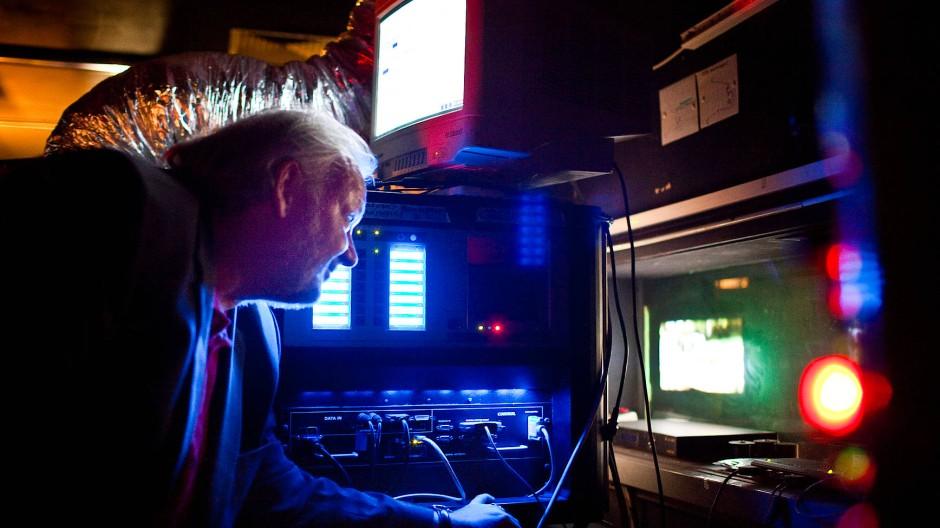 """Neue Pläne: Harald Metz, hier vor dem digitalen Projektor des """"Berger Kino"""""""