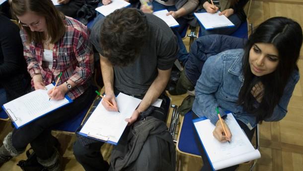Diktatwettbewerb Frankfurt schreibt - Beim Finale  konkurrieren 150 Oberstufenschüler, Eltern und Lehrer in der Musterschule um die beste Rechtschreibung
