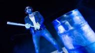 """""""Guten Abend, meine Freunde. Schön, dass ihr alle gekommen seid"""": Adnan Maral in der der Theaterperipherie in Frankfurt"""