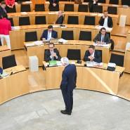 Aufbegehren: Die Opposition im Landtag fordert von Ministerpräsident Volker Bouffier (Mitte), stärker an den Entscheidungen zur Pandemie beteiligt zu werden.