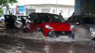 Unterbodenwäsche: Die Straße in der Nähe der Galluswarte in Frankfurt war nach dem Regenguss geflutet