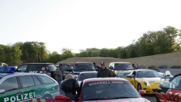 Polizei stoppt 70 Luxuswagen bei illegalem Autorennen