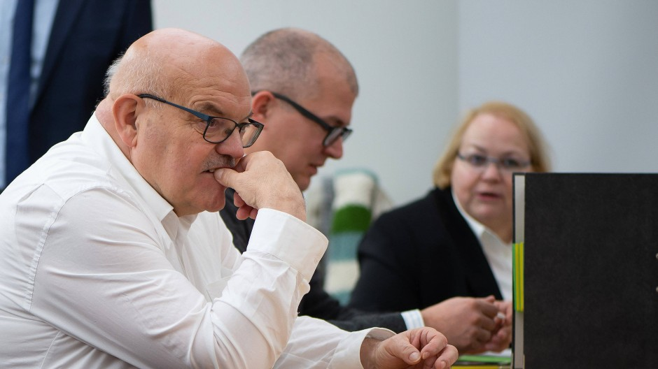 Hat nach dem Diesel-Urteil von Kassel was zu knabbern: Frankfurts Verkehrsdezernent Oesterling (links)