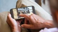 Hans-Josef Heun zeigt Fotos aus dem Katastrophengebiet auf seinem Handy.