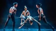 """Halteposition: Stangentanz aus der Show """"Ballet Revolución"""""""