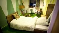 """Gastzimmer mit Motto: das Waldzimmer in einem ehemaligen Kasseler Bordell, nun """"Foto-Motel"""" genannt"""