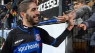 Glücklich: Amine Aoudia teilt seine Freude nach dem Spiel gegen Heidenheim mit jungen Fans des FSV Frankfurt.