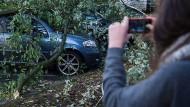 """""""Die Sensationsgier ufert immer mehr aus"""", warnt der hessische Landesvorsitzende der Gewerkschaft der Polizei vor filmenden Gaffern. Die Politik will dem entgegenwirken."""
