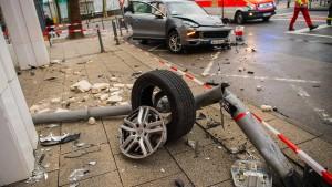 Sportwagen rammt mehrere Autos: 250.000 Euro Schaden