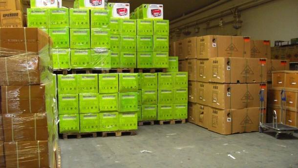 generatoren  pfannen  werkzeugkoffer  300 tonnen plagiate in lagerhalle sichergestellt
