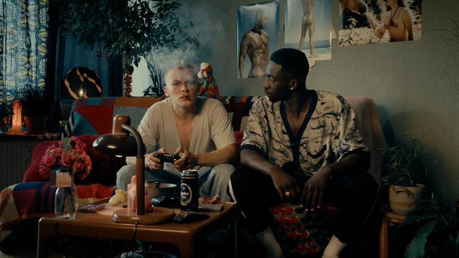 Rauchig: Babtou (Farba Dieng) und Dennis (Julius Nitschkoff) in ihrer Bude