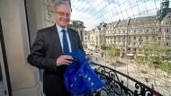 Friedrich von Heusinger auf einem Balkon der Hessischen Staatskanzlei. Er sieht der Europawahl positiv entgegen.