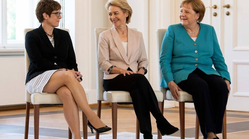 Alles gut bei der CDU? Annegret Kramp-Karrenbauer, Ursula von der Leyen und Bundeskanzlerin Angela Merkel im Juli 2019