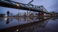 Ort des Geschehens in Frankfurt: Am Eisernen Steg zogen Helfer einen im Main treibenden jungen Mann ans Ufer