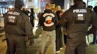 """Unter Beobachtung: Polizeibeamte überwachen im Januar ein Treffen der Rockergruppe """"Osmanen Germania"""" in Neuss."""