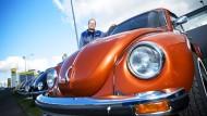 Kurvenreich: Stephan Reif vor einer Reihe seiner Lieblingsfahrzeuge