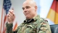 An allen wichtigen Entscheidungen beteiligt: Brigadegeneral Hartmut Renk in seinem Büro in der amerikanischen Clay-Kaserne in Wiesbaden-Erbenheim.