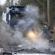 Kein Adventsfeuer: Mit einem Wasserwerfer löschen Polizisten brennendes Holz im Dannenröder Forst.