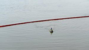 Ölfilm schwimmt auf dem Rhein