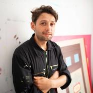 Locker: Rudi Weissbeck in seinem Atelier