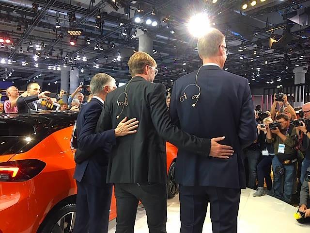 Entkabelt: PSA-Chef Tavares (links), Fußballtrainer Klopp und Opel-Chef Lohscheller (rechts) auf der IAA am Opel-Stand