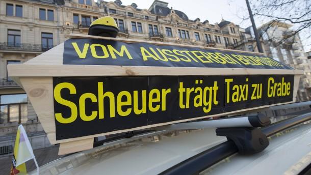Taxifahrer mit Autocorso gegen Fahrdienst-Pläne