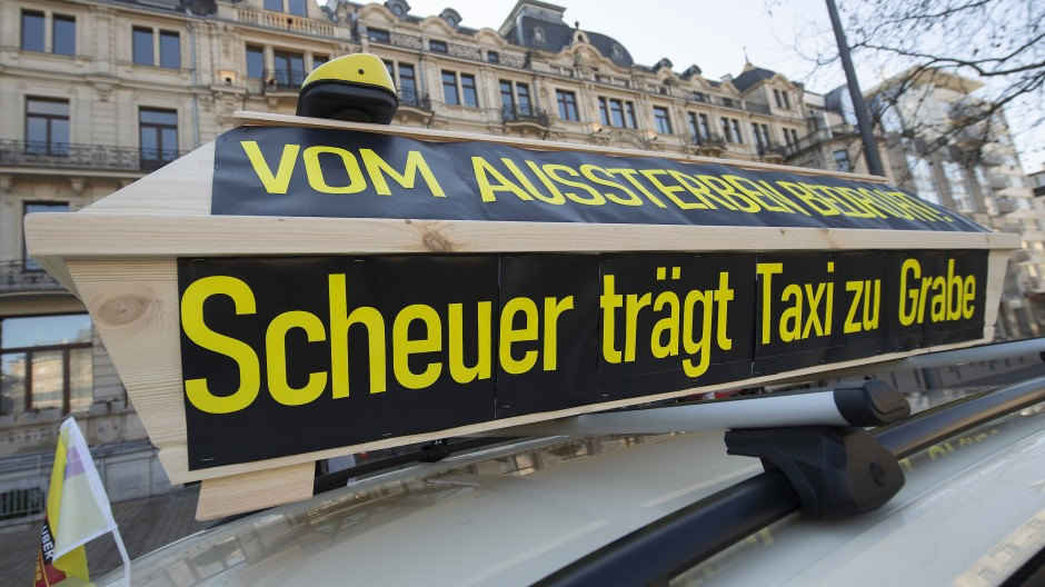 Contra Uber & Co.: Taxifahrer in Wiesbaden