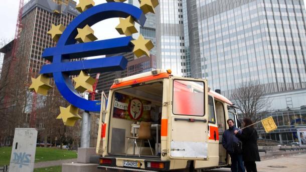 Occupy - Das Infomobil von Occupy steht am Frankfurter Willy-Brandt-Platz.
