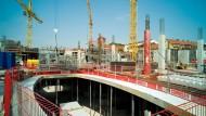 Einblicke: Auf dem Freiheitsplatz wächst der Rohbau für das neue Einkaufszentrum in der Hanauer Innenstadt.