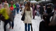 Im Fokus: Patienten mit Sozialphobie leiden darunter, sich in der Öffentlichkeit ständig beobachtet, unter Druck zu fühlen. Da tröstet es sie wenig, dass auch manche Bühnenstars im Privatleben als schüchtern gelten.