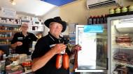 Bioenergie: Tankstellenbesitzer Alfons Steier (rechts) und Bruder Wilfried verkaufen auch Wildwurst und Wachteleier.