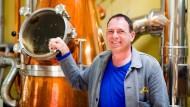 Hat in 30 Jahren einen Betrieb mit 14 Mitarbeiter aufgebaut: Dirker vor seiner Destille.
