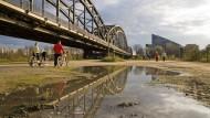 Eiserne Streben: Dass auch Stahl durchaus elegant aussehen kann, zeigt sich an der Deutschherrnbrücke