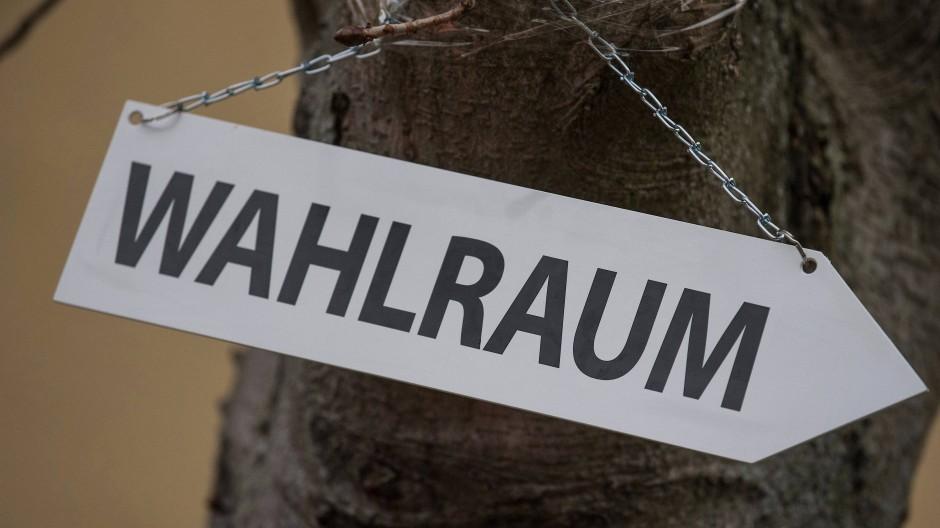 Stimmabgabe: Ein Schild weist in Richtung eines Wahllokals.