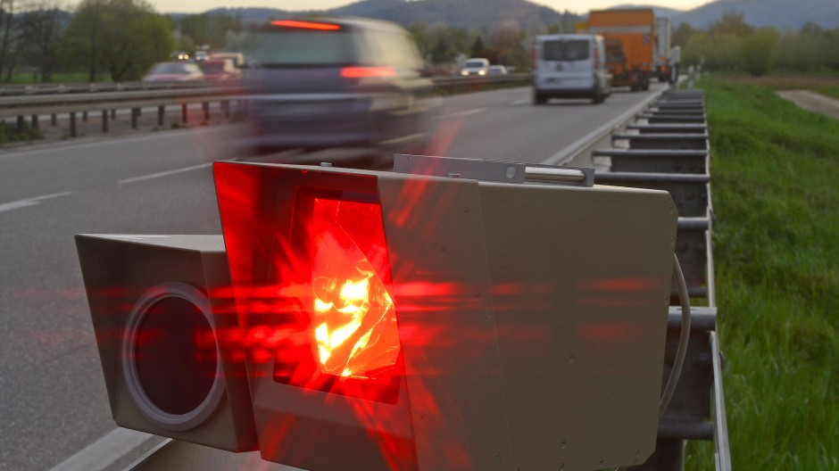 Radarfalle: Warum wird nicht dort geblitzt, wo eine schon minimale Grenzüberschreitung tatsächlich gefährlich ist?