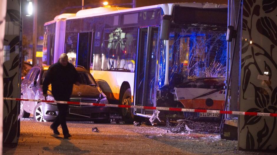 Beschädigt: Der Bus nach dem Unfall am 21. November 2019 vor dem Wiesbadener Hauptbahnhof
