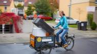 Spritsparmobil: Per Lastenfahrrad lässt sich etwas außer einem Schrank auch noch ein Regal bewegen.