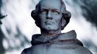 Ein Porträt des Mönchs als junger Mann: Denkmal Gregor Mendels im Garten seiner Abtei.