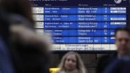 Ob Streik oder Schnee als Ursache: Wenn der Zug oder der Bus verspätet fährt oder gar nicht, haben Reisende einen Anspruch auf Erstattung