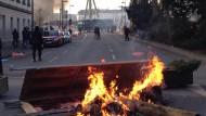 Barrikaden brennen auf der Hanauer Landstraße
