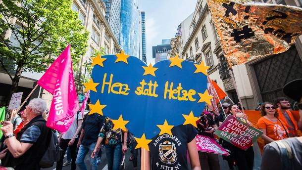 """Rund 15.000 demonstrieren in Frankfurt für """"Ein Europa für alle"""""""