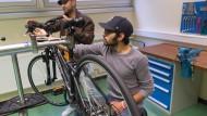 Läuft rund: Zwei Ina-Teilnehmer reparieren ein Rad.