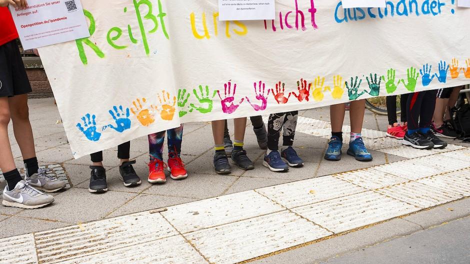 Protest gegen Klassenzusammenlegungen an Frankfurter Grundschule