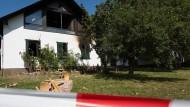 Nach dem Brandanschlag auf eine Frau in einer Flüchtlingsunterkunft ist diese komplett ausgebrannt.
