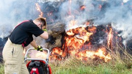 Kinder zündeln und setzen Heuballen in Brand