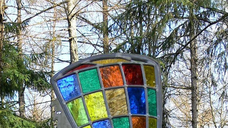 """Über sieben Stationen eines künstlerisch gestalteten """"Waldglasweges"""" führt eine farbige Spur bis zur historischen Glashütte in der Emsbachschlucht"""