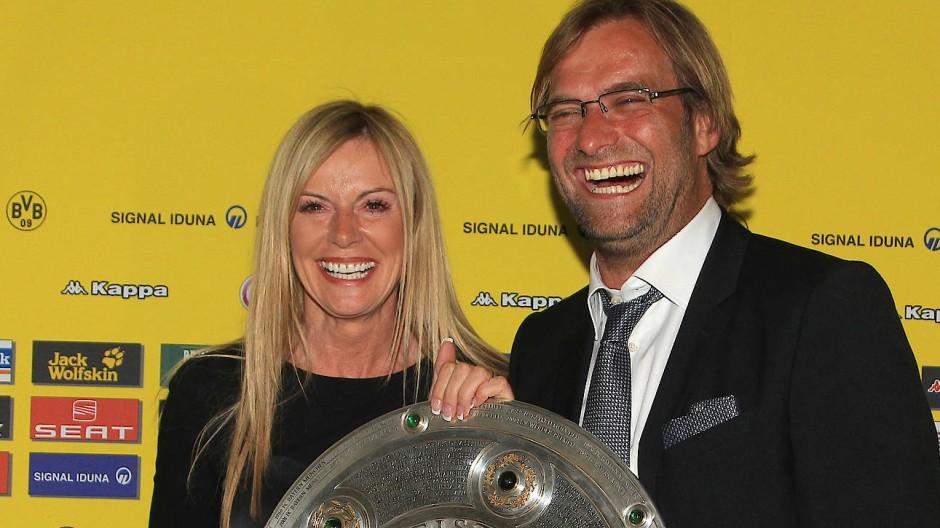 Das waren noch Dortmunder Zeiten: Jürgen Klopp (rechts) mit seiner Frau Ulla und der Meisterschale im Mai 2011