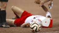 """Bis der Arzt kommt: An der Basis wird Fußball als """"Kontaktsport"""" gespielt"""