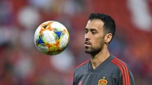 Spaniens Kapitän Busquets muss zuschauen