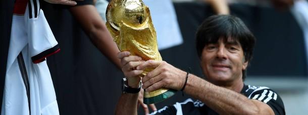 Nicht nur gucken, sondern auch anfassen: Bundestrainer Löw und der WM-Pokal